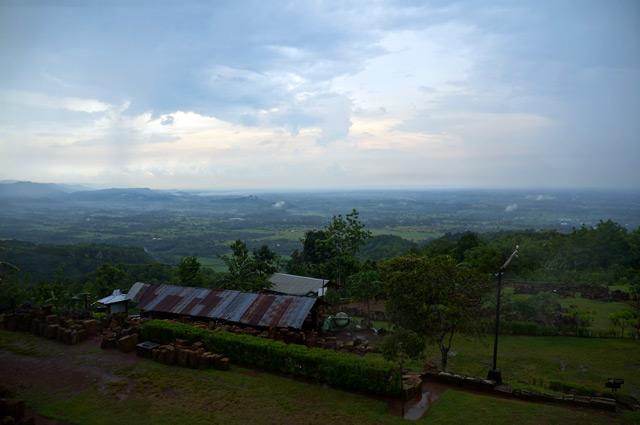 Bagaimanapun, bisa menikmati lansekap Yogyakarta dari ketinggian itu menyenangkan :D, kalau ke Yogyakarta sempetin main ke Candi Ijo ya!
