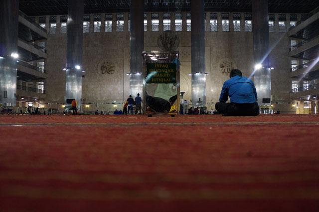 Bagian dalam dari Masjid Istiqlal seperti ini nih teman - teman.