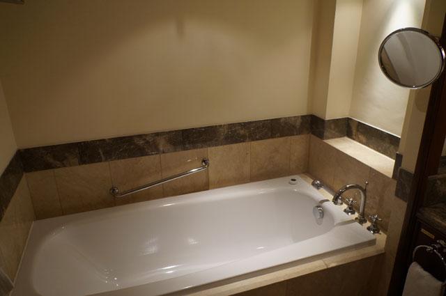 Bagian paling penting dari sebuah hotel mewah menurut saya adalah bathub :D Kalau kalian apa?