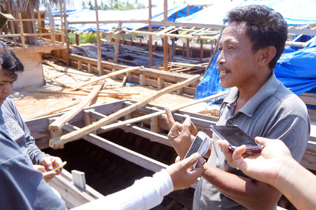 Bapak Syarifudin menjelaskan tentang pembuatan Kapal Phinisi dengan penuh antusias.