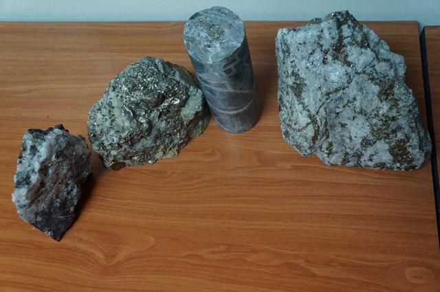 Beberapa contoh mineral dan batuan yang ditambang di Batu Hijau.