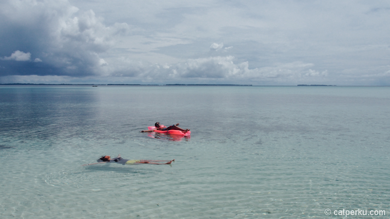 berenang seperti ini boleh, tapi jangan sampai lupa pakai Sunblock