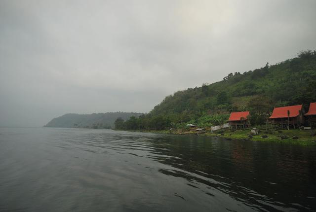 Danau Ranau pagi hari yang menyejukkan. Suasana yang pas untuk menikmati seteguk Kopi Liwa.