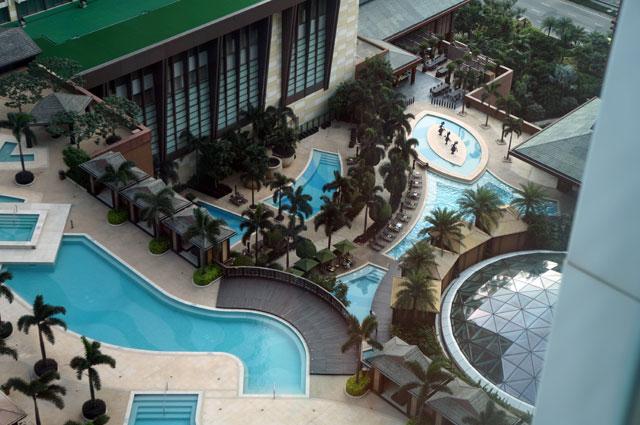 Dari kamar saya bisa melihat pemandangan Macau atau ngintip yang sedang renang...