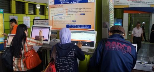 Dengan adanya mesin cetak tiket mandiri, mempermudah penumpang kereta api :)