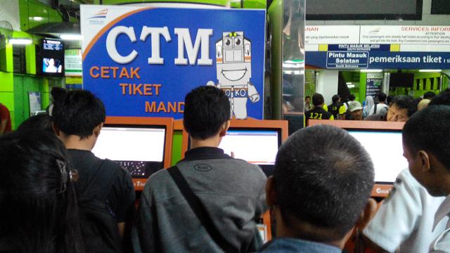 Dengan mesin cetak tiket mandiri, penukaran bukti pemesanan atau kode booking bisa dilakukan sendiri dengan mudah :)