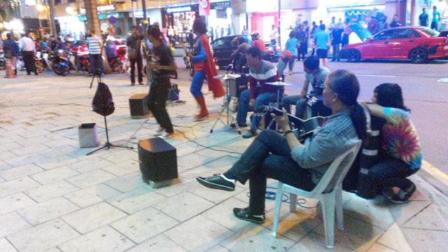 Kalau kalian melihat street music atau musik jalanan, tetapi yang dimainkan musik berirama melayu dan dangdut, berarti kalian memang benar sedang berada di Malaysia XD