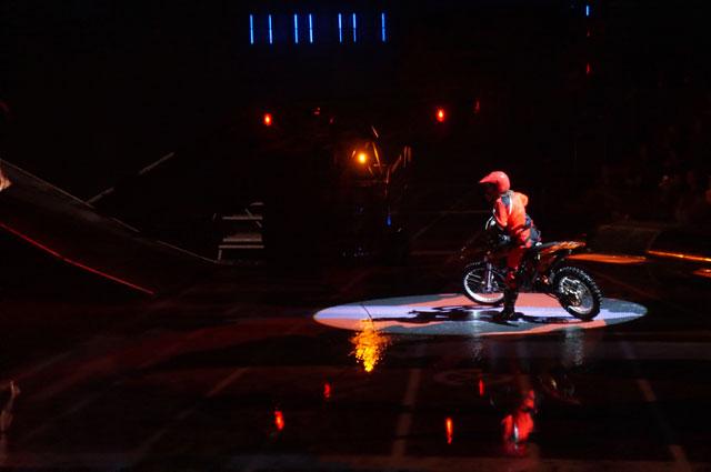 Karena panggung mulai berubah... tidak ada lagi penari!