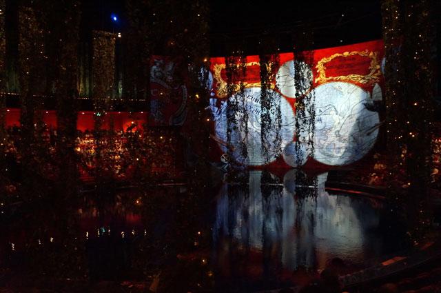 Ketika pertunjukan The House of Dancing Water belum dimulai, theater masih berupa sebuah kolam yang gelap.