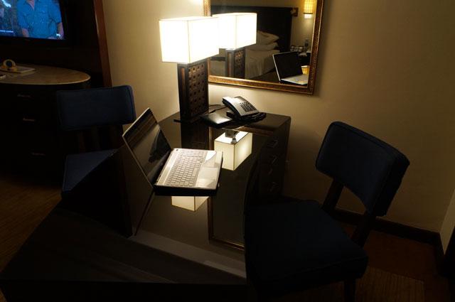 Meja kerja yang nyaman untuk saya tetap menulis di travel blog catperku ^^