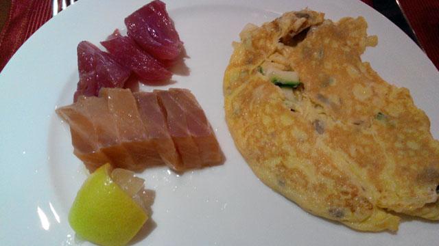 Menu favorit saya di The Peninsula Hotel Manila. Sashimi sama omelete aneh gak sih? ahahaha :D
