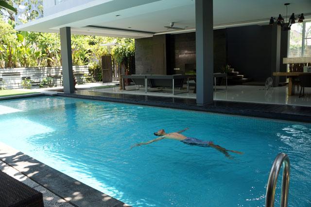 Paling suka berenang di kolam yang ada disana. Sangat privasi dan hanya untuk sendiri. Siapa sih yang nggak suka?