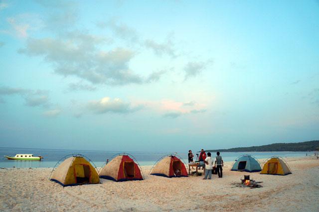 Paling tidak masih kebagian pagi hari di Pantai Bira yang menawan! Duuuh!