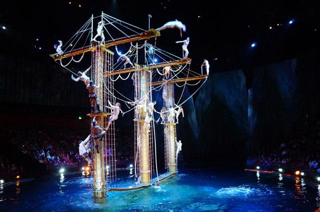 Para pemain pertunjukan mulai menaiki tiang dan tiba - tiab... mulai meloncat ke air satu persatu.