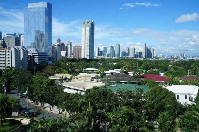 Pemandangan dari kamar saya di siang hari. Gedung - gedung tinggi distrik Makati terlihat gagah. Ini adalah salah satu bagian terbaik dari pengalaman saya menginap di The Peninsula Hotel.