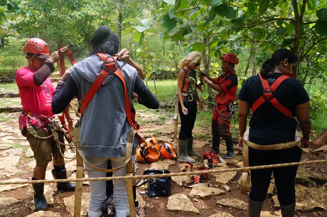 Pemasangan harness untuk keamanan sebelum mulai bertualang di Goa Jomblang Cave!