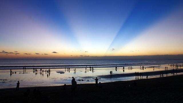 Percayalah, ada banyak kejutan dan cerita di Pantai Kuta.