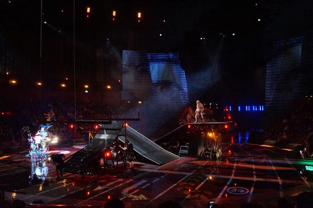 Perlahan, panggung berubah menjadi arena atraksi yang mempertaruhkan hidup mati.