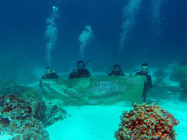Saya, paling kanan dengan v-sign di kedalaman 8 meter dibawah permukaan laut. Pengalaman scuba diving pertama yang menyenangkan! Next saya mau cari diving liscense ah~ *ketagihan*