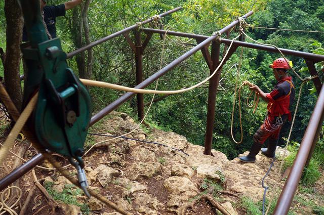 Semua di cek dengan seksama untuk memastikan proses turun secara vertikal menuju Goa Jomblang Cave berlangsung aman.