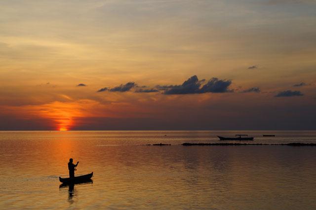 Senja pertama yang saya temui di Pulau Tomia. Cantik sekali bukan?