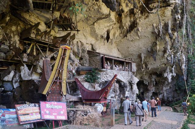 Setelah diadakan upacara pemakaman Rambu Solo' jenazah baru dimakamkan di pemakaman berupa goa dan tebing.