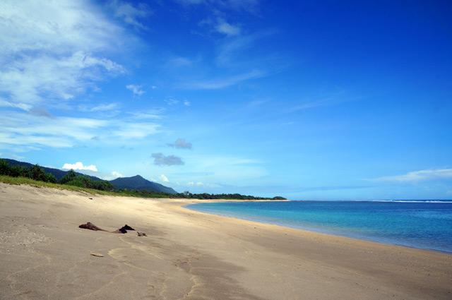 Siapapun pasti betah menghabiskan hari di Pantai Aik Kangkung yang begitu sepi.