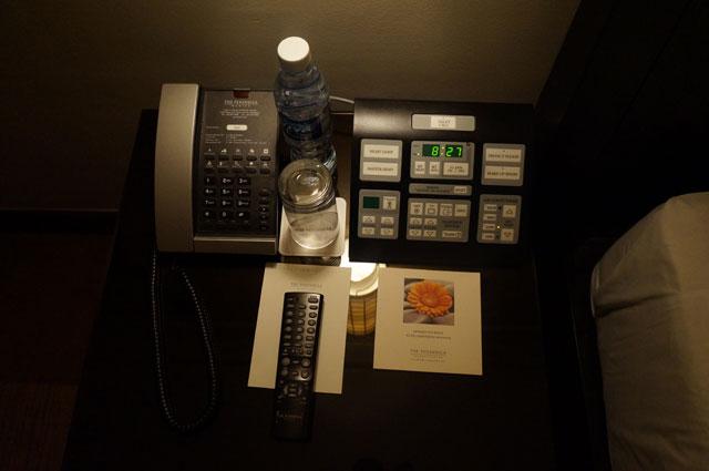 Telepon sekaligus untuk mengontrol  tv dan elektronik lain di kamar.