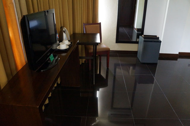 Televisi layar datar dengan channel internasional untuk menemani yang mau di kamar seharian.