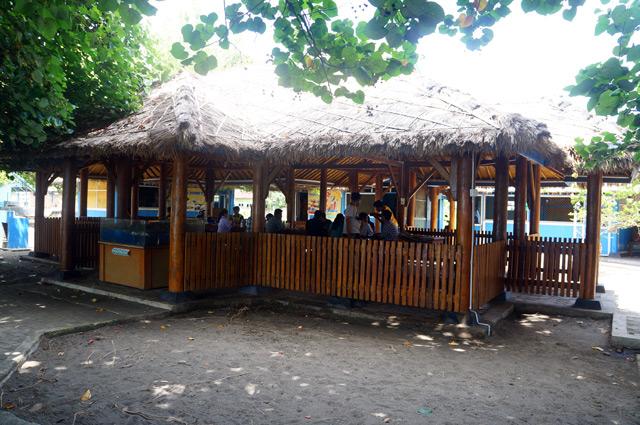 Warung yang ada di Pantai Benete ini seafoodnya sangat maknyus! Bagaimanapun, harus beli dan makan seafood disini!