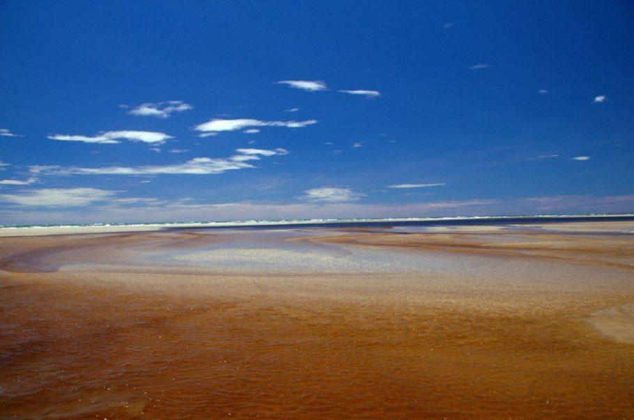 Barra da Lagoa, encontro do mar com o rio, na ilha de Superagui