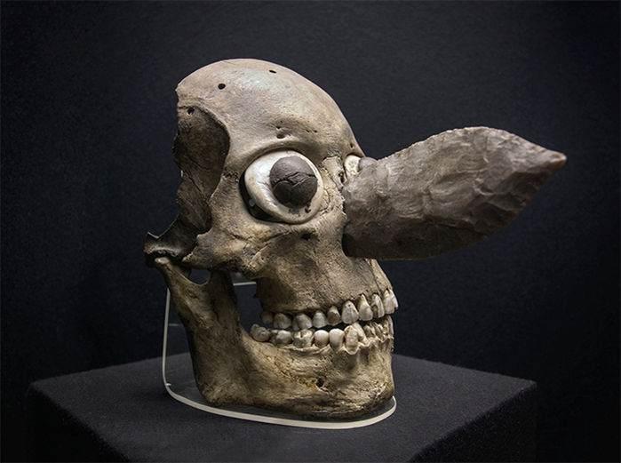 Uno de los cráneos convertidos en máscara. Su nariz es una cuchilla de obsidiana, del mismo tipo usado para los sacrificios humanos.