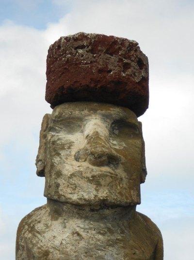 Un moái con su 'pukao', en el 'ahu' Tongaraki. Foto: Sean Hixon.