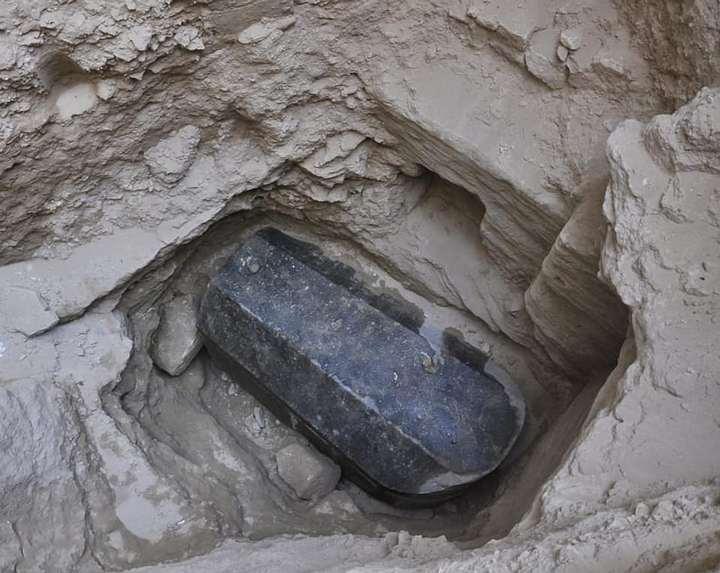 ¡El sarcófago intacto mide cerca de 3 metros de largo!