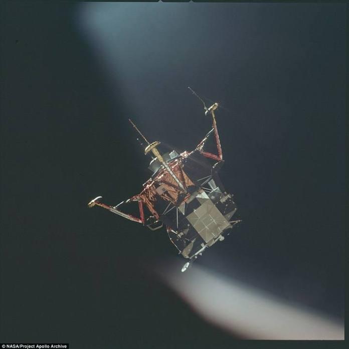 El módulo lunar que lleva a Armstrong y Aldrin a la Luna se separa del módulo de comando, donde queda Collins.