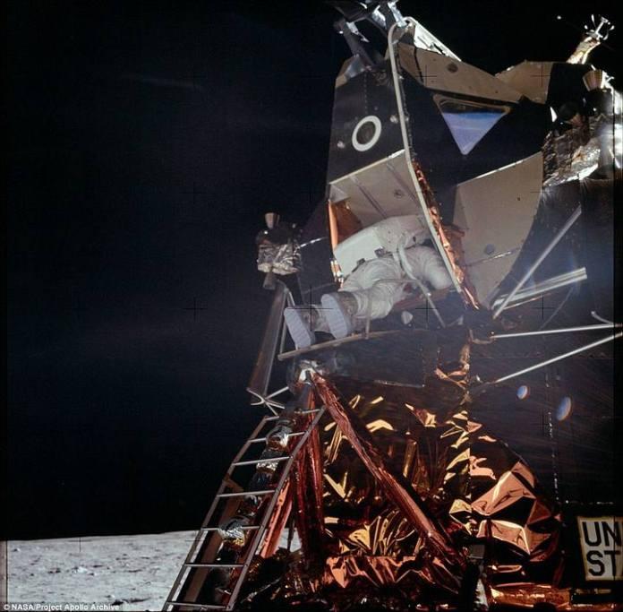 Aldrin descendiendo del módulo lunar para convertirse en el segundo hombre en pisar la Luna.