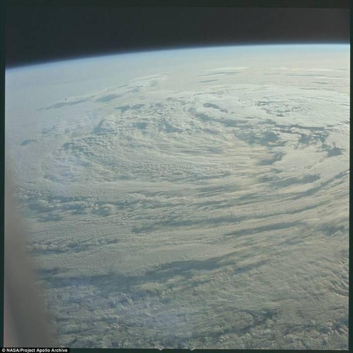 El huracán Bernice (sobre el océano Pacífico) visto desde el espacio el 16 de julio de 1969.