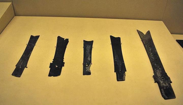 Hojas de espada y cuchillos hallados cerca de la pirámide.