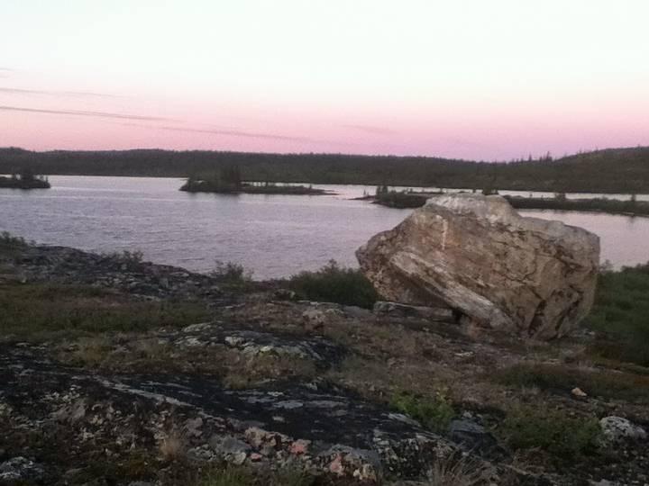 El río Acasta (foto) es parte de la formación Slaughter Craton, en el norte de Canadá, al norte de Yellowknife y Great Slave Lake. El área es la tierra natal del pueblo de Tlicho, lo que llevó a los geólogos que descubrieron las rocas a darles el nombre de «Idiwhaa», que significaría antiguo en la lengua nativa.