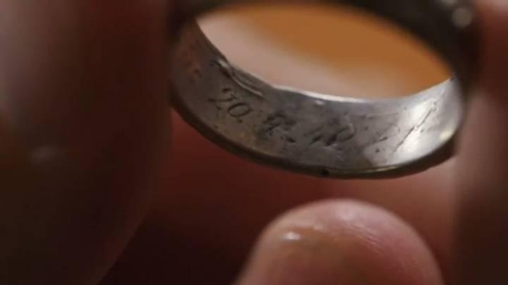 Fecha de nacimiento de Hitler grabada en la parte interior del anillo.