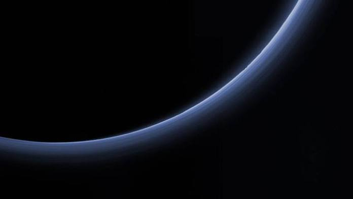 Atmósfera de Plutón fotografiada por la sonda New Horizons.