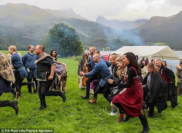 Los invitados se sorprendieron cuando el gothi anunció que los parientes de la novia debían competir contra los del novio en una carrera tradicional llamada Brullaup.