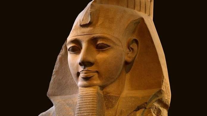 Ramsés II es el tercer faraón de la Dinastía XIX de Egipto, que gobernó unos 66 años, desde 1279 a.C. hasta 1213 a.C. Es uno de los faraones más célebres, debido a la gran cantidad de vestigios que perduran de su activo reinado.