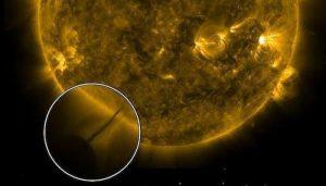 ¿Un Ovni trata de recargar energía del Sol en una tormenta Solar?