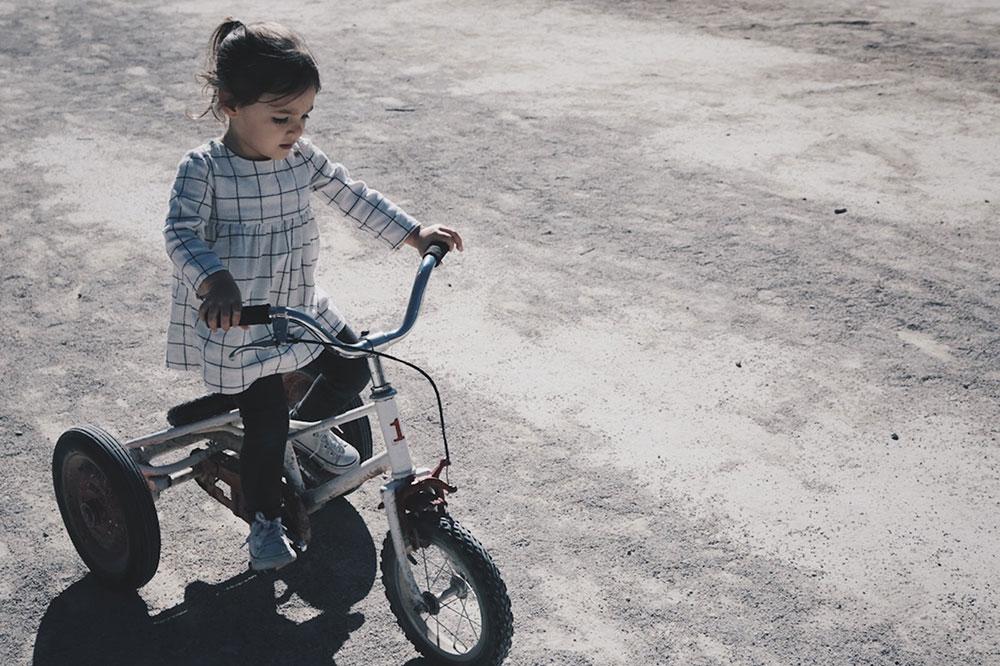 Petite fille sur un tricycle