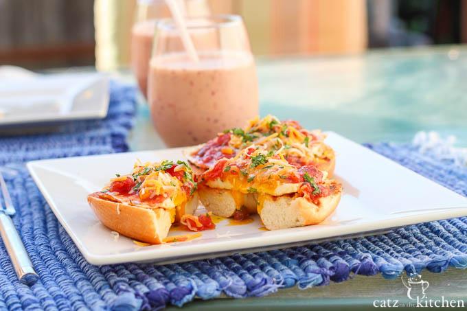 Huevos Rancheros Fried Egg Bagels   Catz in the Kitchen   catzinthekitchen.com   #bagels #huevosrancheros