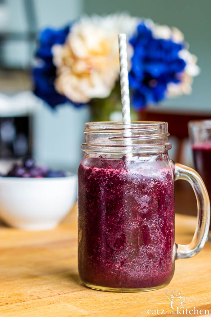Blueberry Pomegranate Smoothies | Catz in the Kitchen | catzinthekitchen.com #smoothies