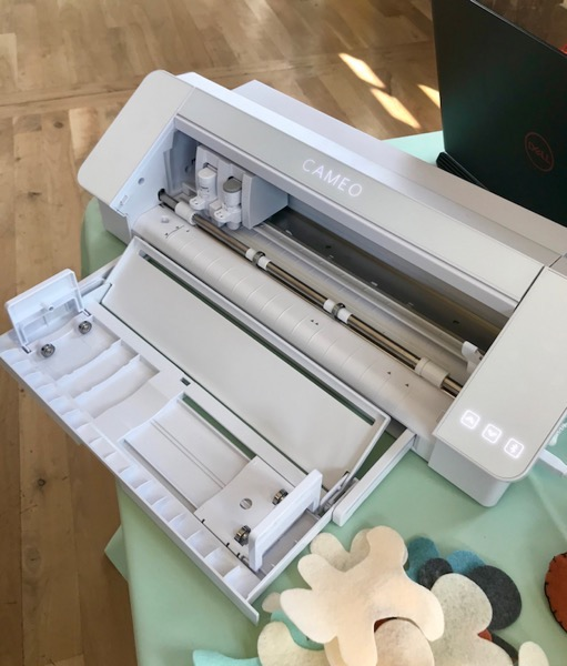 Silhouette Cameo 4 with display of built-in roll feeder