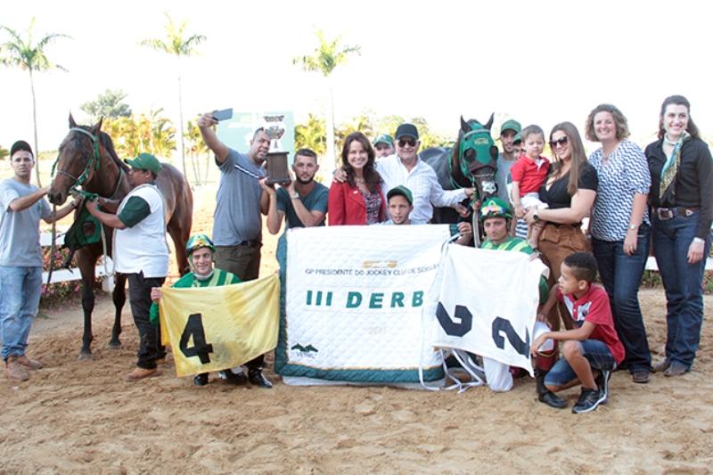Marcos Sá representando o JCS na premiação de Zion Verde pelo III Derby