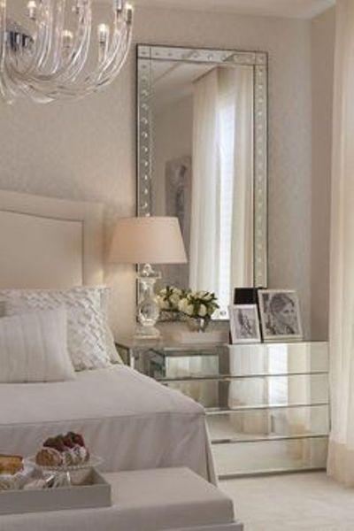 Objetos e móveis espelhados na decoração